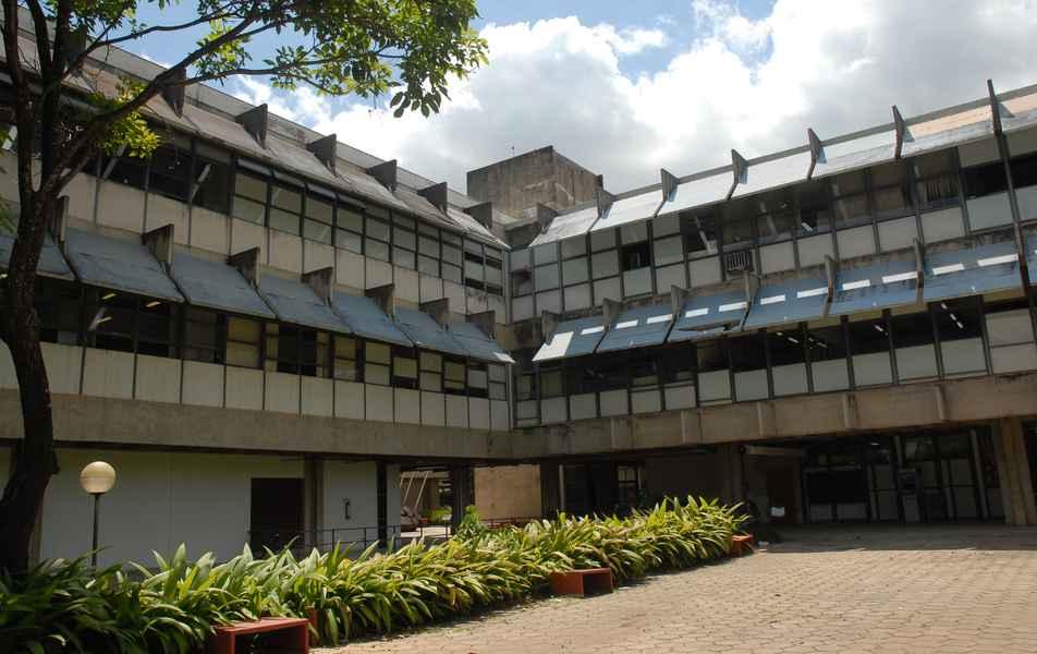 Visão parcial do prédio da Escola de Veterinária