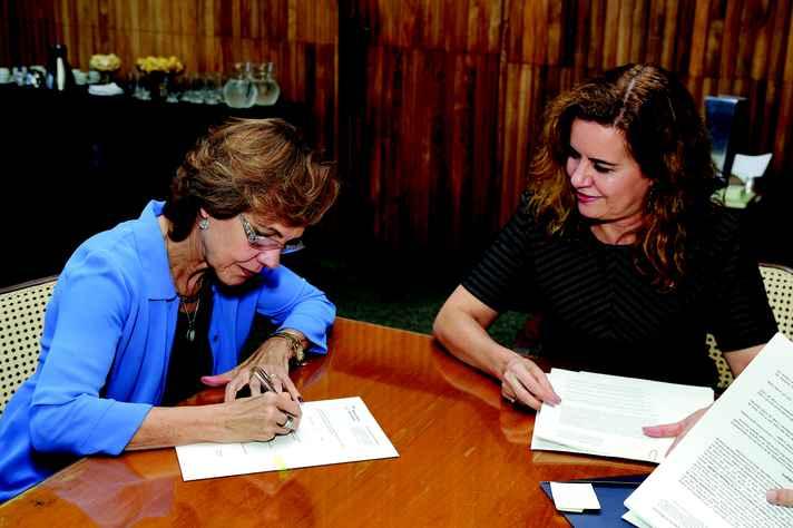 Ângela e Sandra assinaram o contrato: parceria vai beneficiar 4,7 mil professores