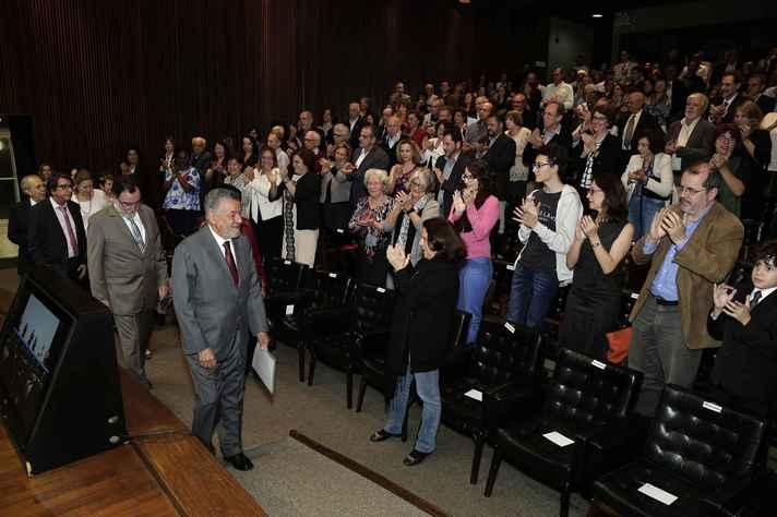 Tomaz Aroldo foi recebido de pé pela plateia e conduzido à mesa por um grupo de professores e servidores técnico-administrativos