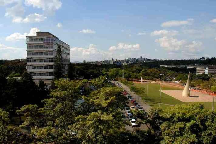 Vista do campus Pampulha com o prédio da Reitoria à esquerda: