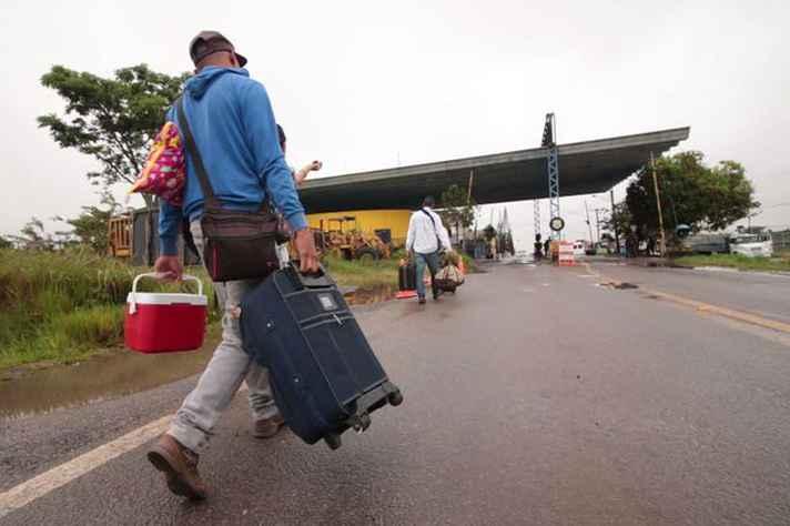 Venezuelanos chegam ao Brasil pela cidade de Pacaraima, em Roraima, em busca de emprego e de alimentos