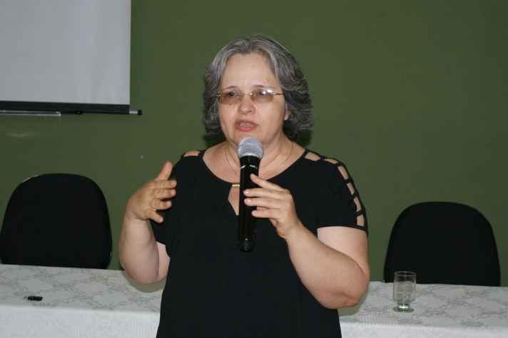 Professora Lívia Borges apresentou projeto sobre condições de trabalho de servidores da UFMG