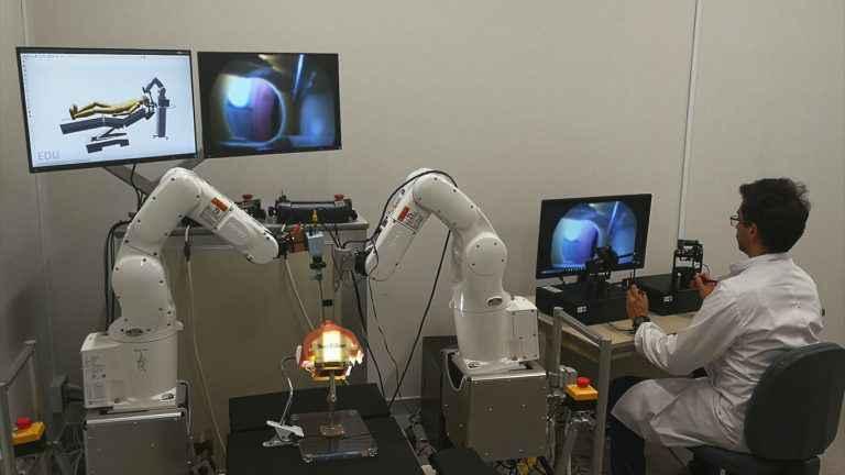 Robôs são controlados por algoritmos durante a simulação de cirurgia
