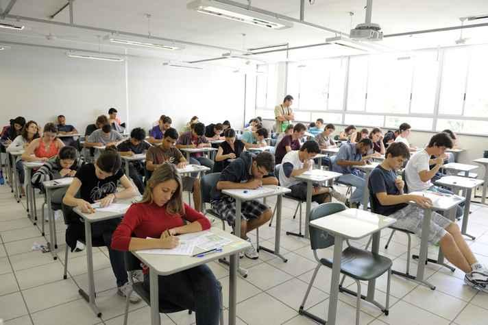 Alunos em sala de aula na UFMG: Enade avalia rendimento dos concluintes de cursos de graduação
