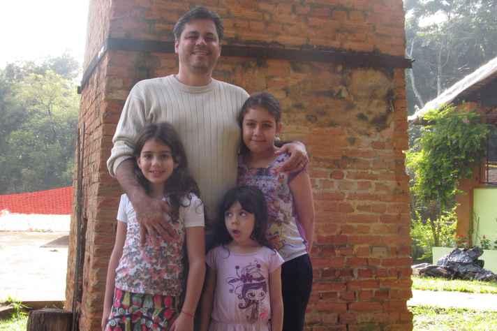 Carolina, Américo, Sofia e Júlia junto à chaminé da Estação Ecológica