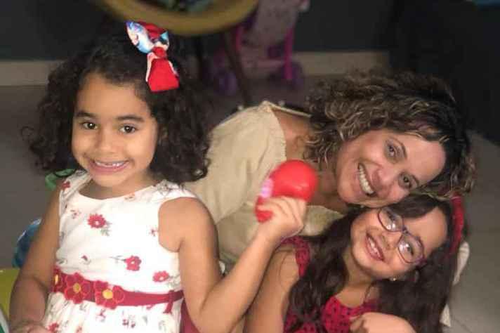 A professora do Departamento de Microbiologia da UFMG Giliane Trindade com as filhas
