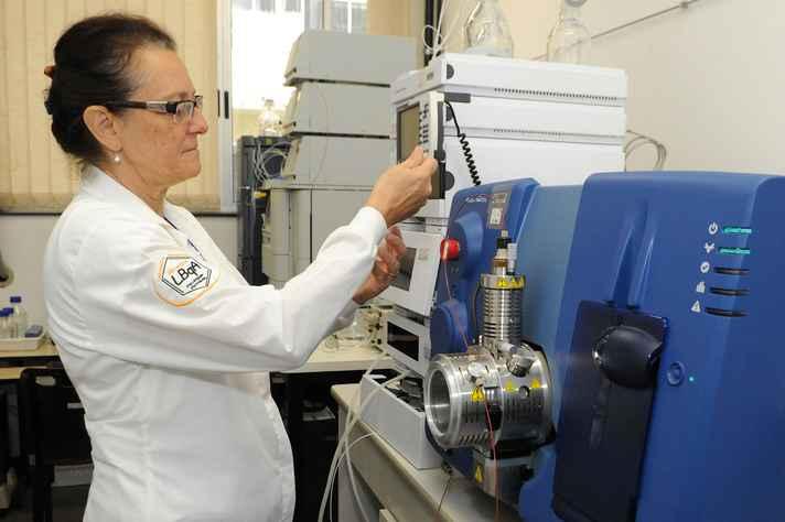 Professora Maria Beatriz opera equipamento usado nas análises