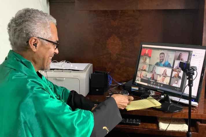 Humberto Alves, diretor da Medicina, preside ceriimônia de colação de grau
