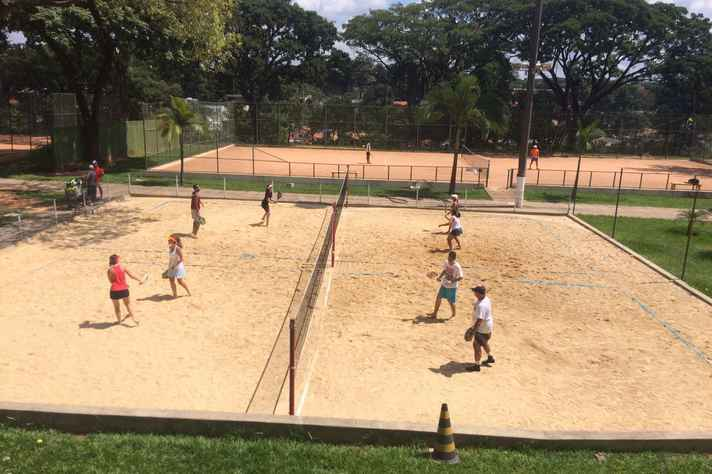 Aula de beach tennis nas quadras do CEU