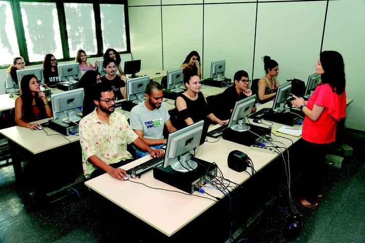 Atividade em laboratório de redação: novas ocupações e demandas inesperadas