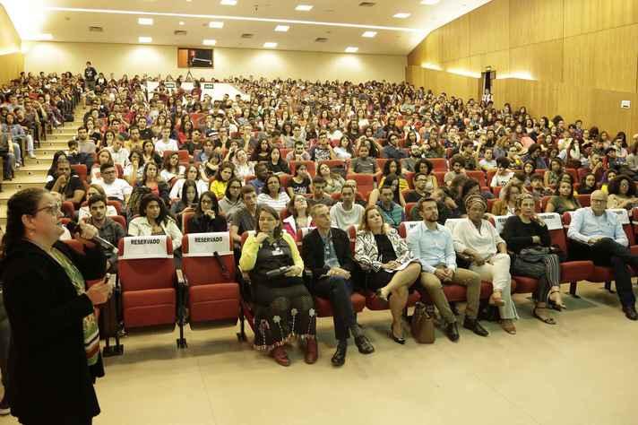 Estudantes no auditório da Reitoria, no dia 3 de março, para aula inaugural com a professora Marlise Mattos