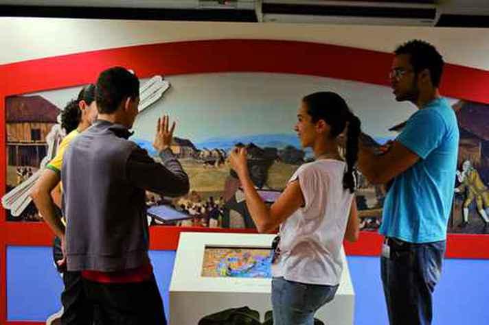 Visita guiada em Libras no Espaço do Conhecimento UFMG