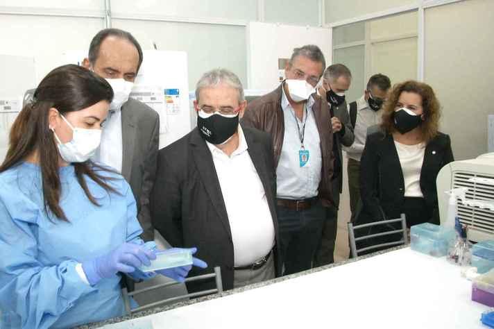 Kalil, Jackson Machado, Ricardo Gazzinelli e Sandra Goulart em um dos laboratórios do CT-Vacinas
