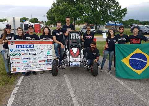 Alunos da Escola de Engenharia em Pittsburg, nos Estados Unidos, para a competição mundial Baja SAE Kansas 2018
