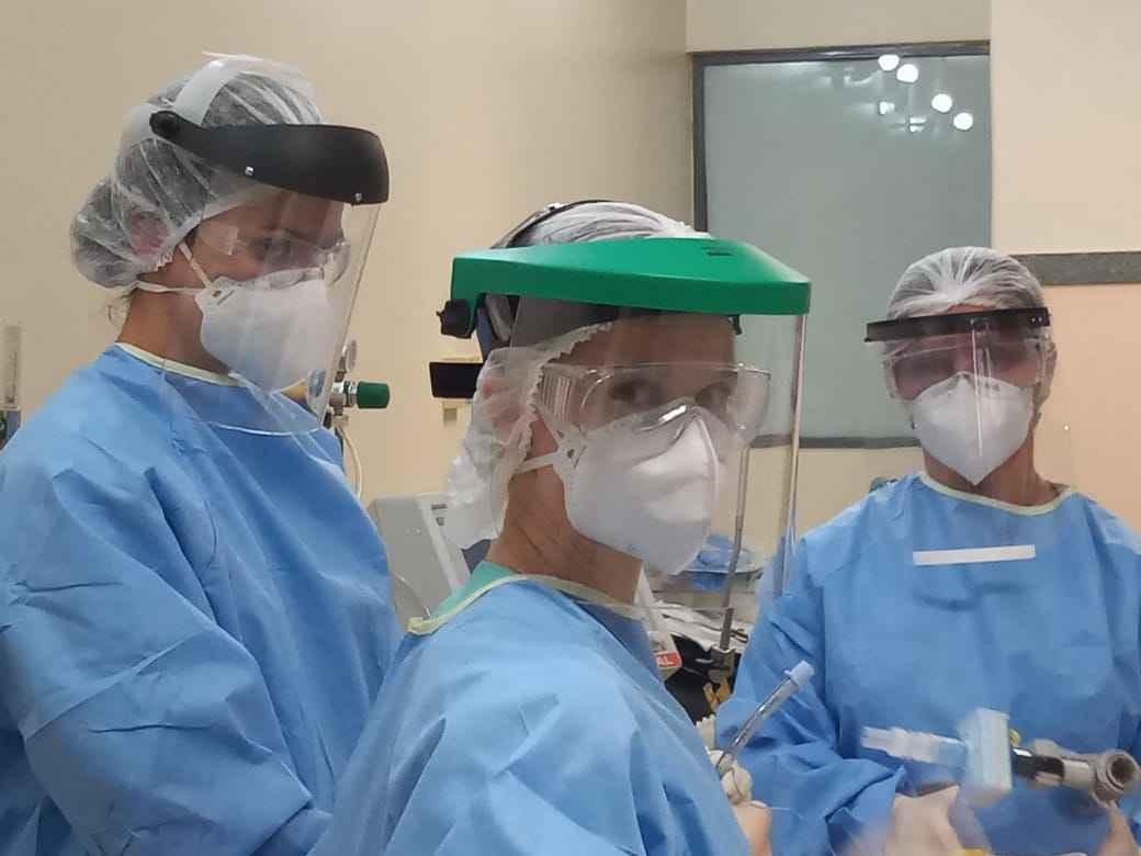 Profissionais do Hospital das Clínicas com equipamentos de segurança: