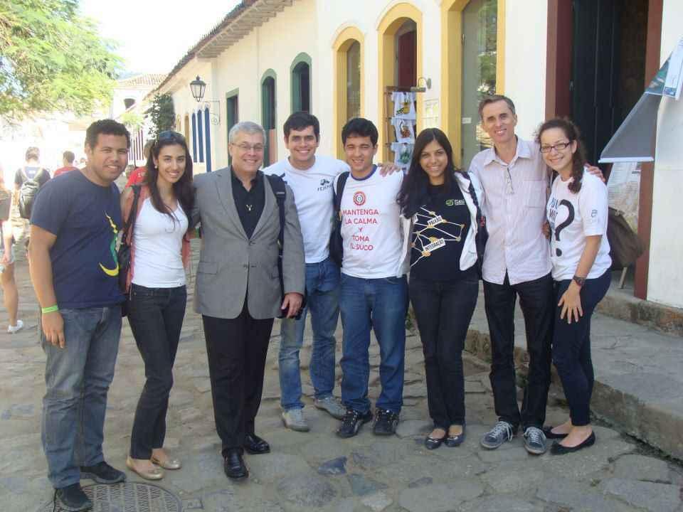 Dave Goldberg (de blazer) com o professor Alessandro Fernandes (de camisa social) e estudantes, durante visita de trabalho a Belo Horizonte