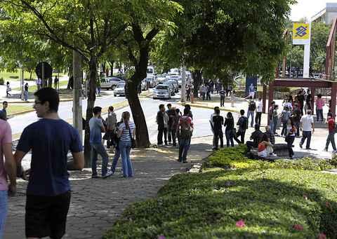 Movimentação de estudantes nas imediações da Praça de Serviços, no campus Pampulha