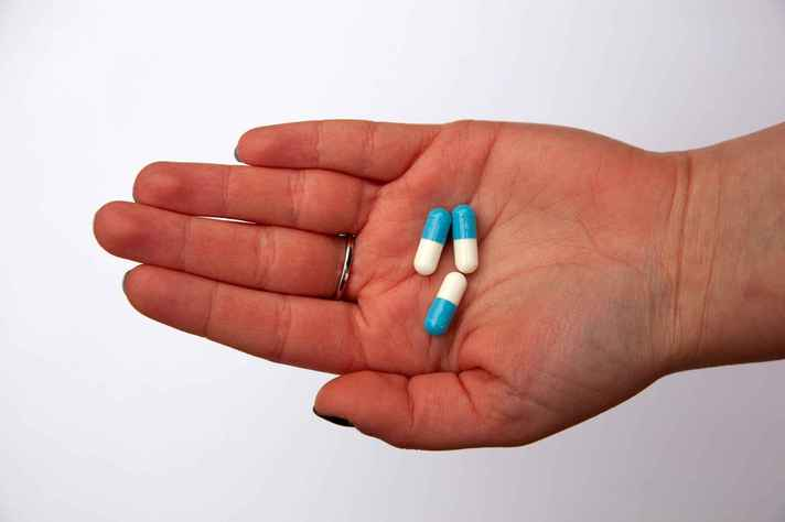 Para evitar o risco de superbactérias, é importante educar profissionais da saúde e população sobre os perigos do uso irresponsável de antibióticos