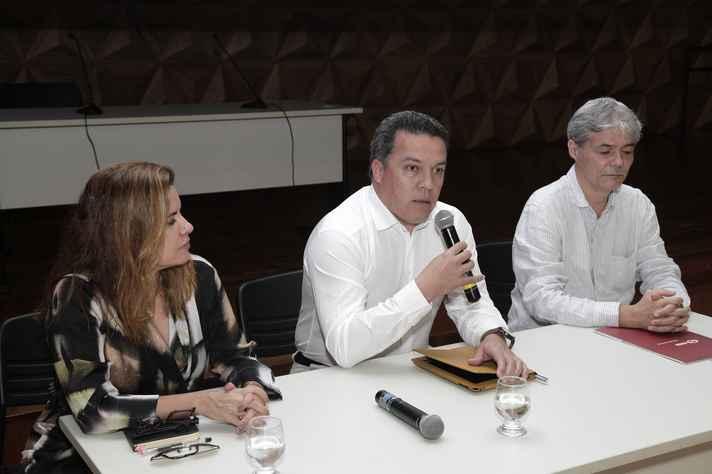 Vice-reitora Sandra Goulart Almeida, reitor Jaime Ramírez e pró-reitor Ricardo Takahashi