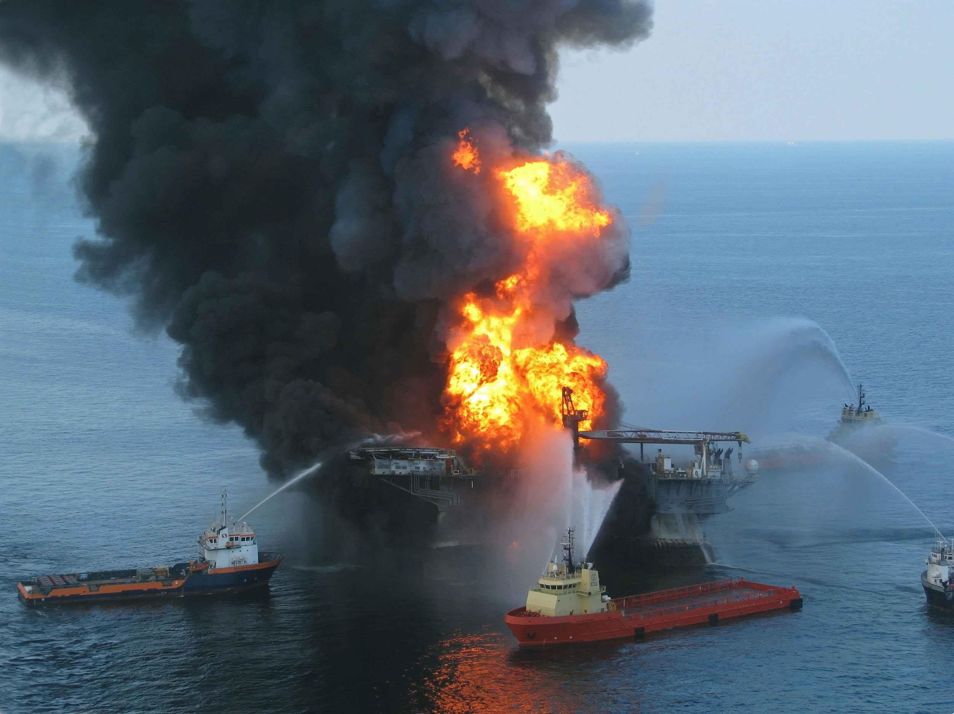 Explosão de plataforma de petróleo nos Estados Unidos, em 2010: redes sensores aquáticas podem mitigar impactos de acidentes ambientais