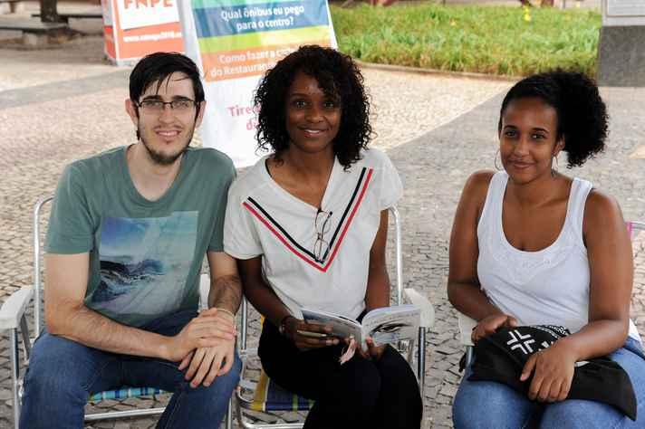 Discussão de obra literária na Praça de Serviços