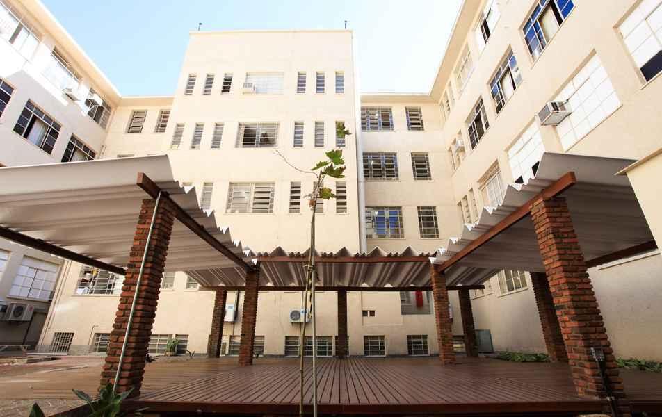 Vista de pátio interno da Faculdade de Medicina, que há seis décadas está instalada na Avenida Alfredo Balena, na região hospital de Belo Horizonte