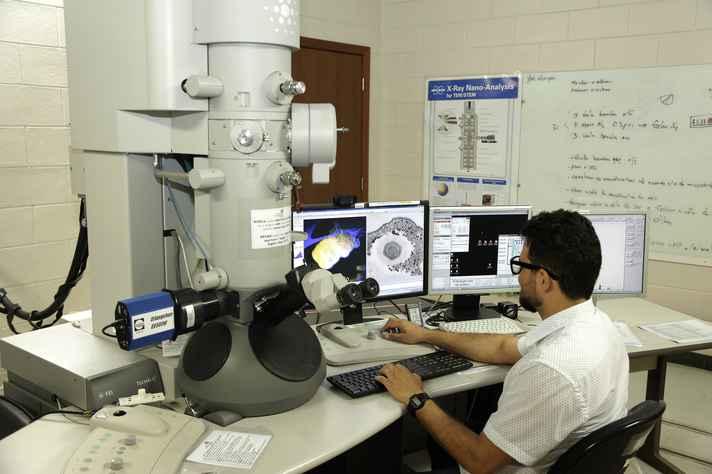 Laboratório do Centro de Microscopia da UFMG: cortes sucessivos de recursos para ciência e tecnologia ameaçam pesquisas da Universidade