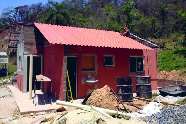 Casa erguida em Pedro Leopoldo com rejeitos e esteréis de mineração
