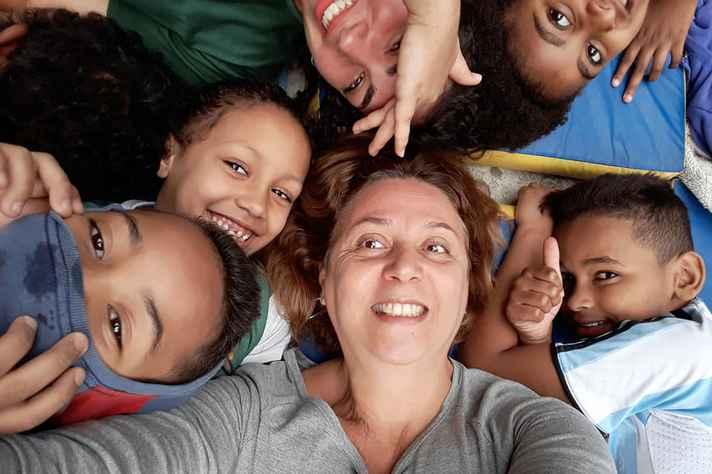No centro, professora Cláudia Gomes França com algumas crianças do projeto SoFiA