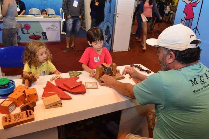 Crianças são apresentadas a experiência científica durante a 68ª Reunião da SBPC, em Porto Seguro, no ano passado