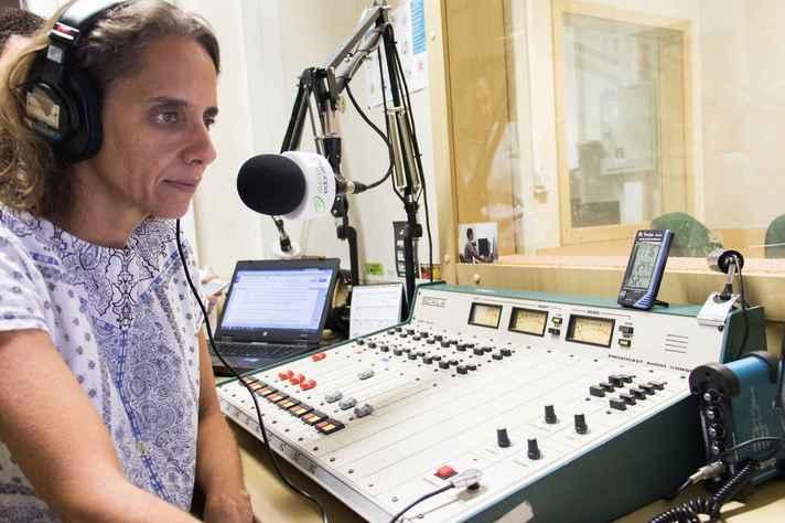 A apresentadora Michelle Bruck no estúdio da Rádio UFMG Educativa, uma das mídias gerenciadas pelo Cedecom