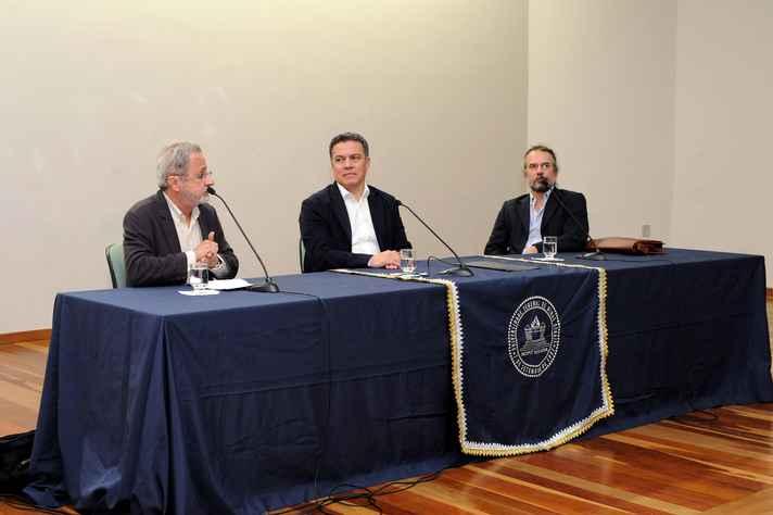 Eduardo Viveiros (à esquerda), o Reitor Jaime Ramírez e o professor Eduardo Vargas