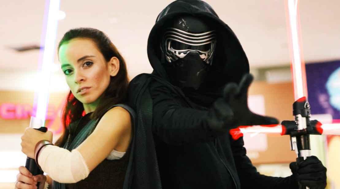 Hugo Oliveira (a dir.) como Kylo Ren da série Star Wars