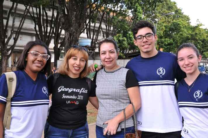 Fábia Rego (segunda à esquerda para a direita) e estudantes
