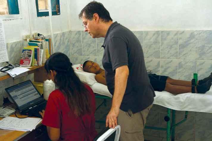 O médico Antônio Ribeiro, do HC, no centro de saúde de Santa Clotilde, no Peru