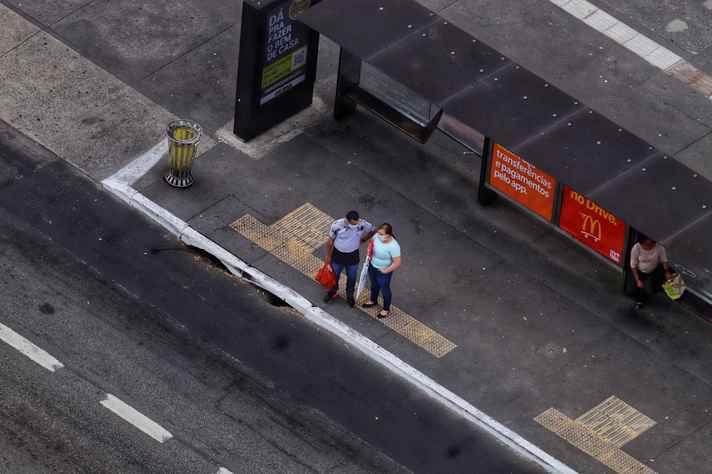 Casal solitário na Avenida Paulista, em São Paulo: