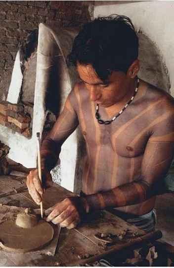 O ceramista Nei Leite Xacriabá trabalha em uma nova obra na Aldeia Barreiro Preto, em São João das Missões, Minas Gerais