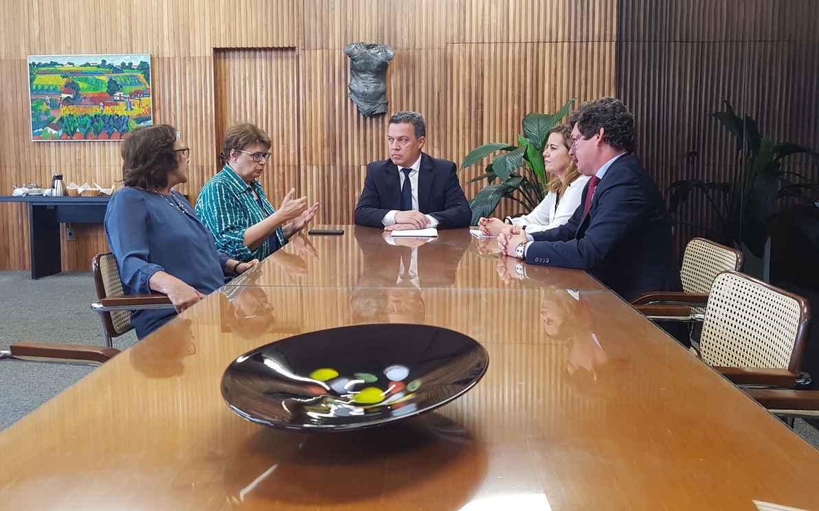 Jô Moraes, Margarida Salomão, Jaime Ramírez, Sandra Almeida e Reginaldo Lopes durante a reunião na Reitoria