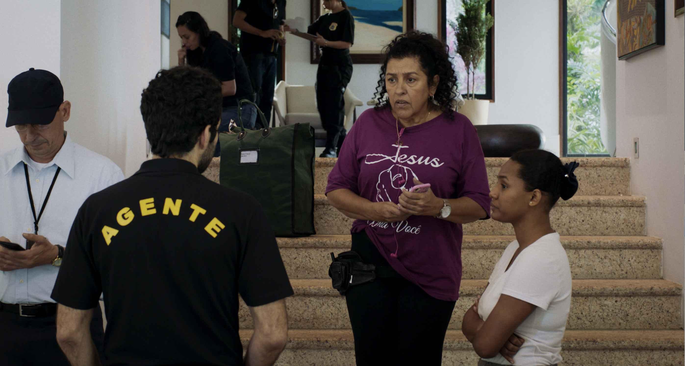 Em Três Verões, Regina Casé interpreta Madá caseira de uma família rica investigada por corrupção
