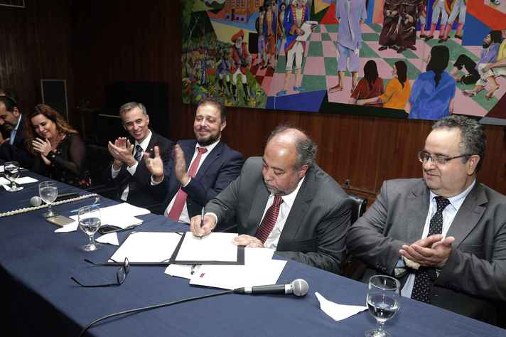 Professor Hermes Vilchez Guerrero assina termo de posse para mandado 2018-2022