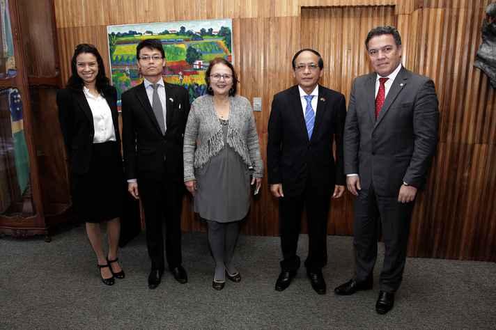 A partir da esquerda, Míriam Jorge, Le Tung Son, a deputada Jô Moraes, o embaixador Nguyen Kien e o reitor Jaime Ramírez