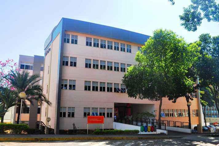 Fachada do prédio que abriga a Escola de Enfermagem, no campus Saúde