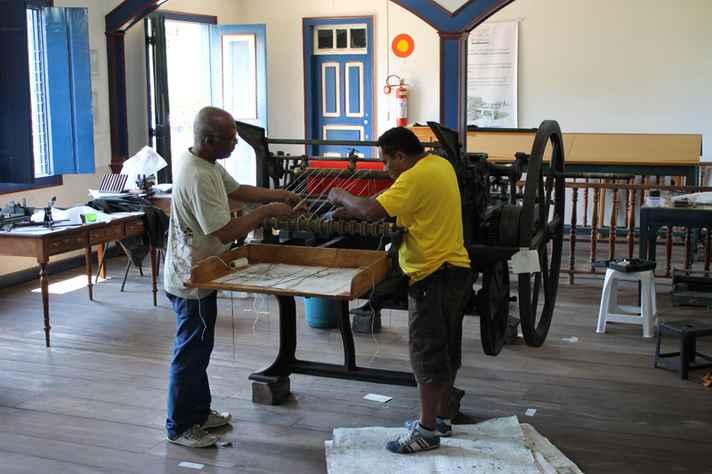 Técnicos trabalham na recuperação e manutenção de equipamentos antigos em Diamantina