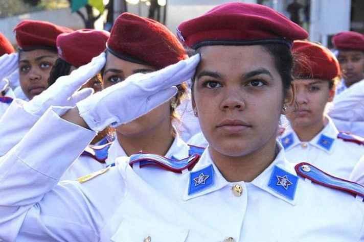 Mariana Boniolo estudou no Colégio Militar de BH nos anos finais do ensino fundamental e no ensino médio. Ela elogia a qualidade do ensino, mas atribui o sucesso a infraestrutura da instituição