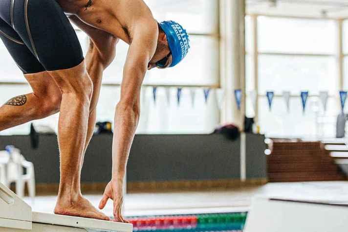 O nadador em ação na piscina olímpica do CTE