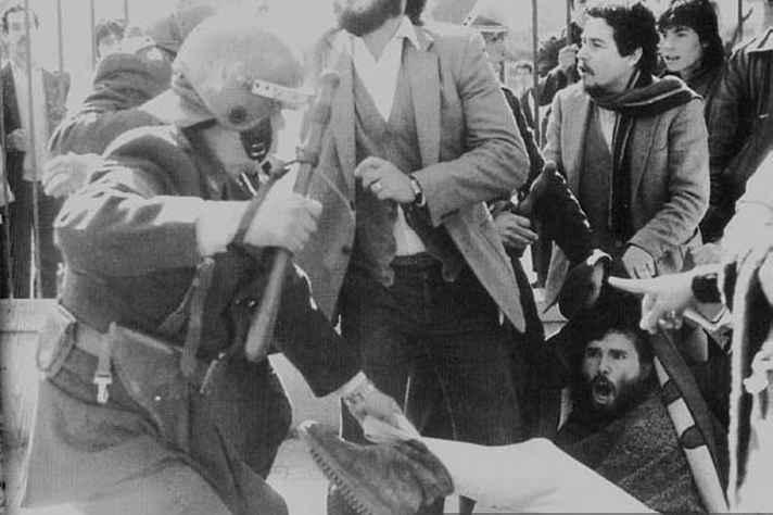 Repressão de estudantes em manifestação no Chile, na década de 1980