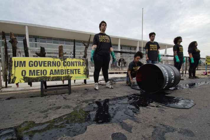 Nessa quarta (23), ativistas do Greenpeace foram presos após ato em frente ao Palácio do Planalto, em Brasília