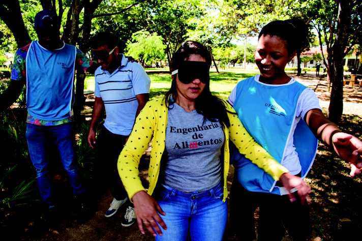 Oficina 'Sentidos e sentimentos' simula desafios cotidianos enfrentados por pessoas cegas