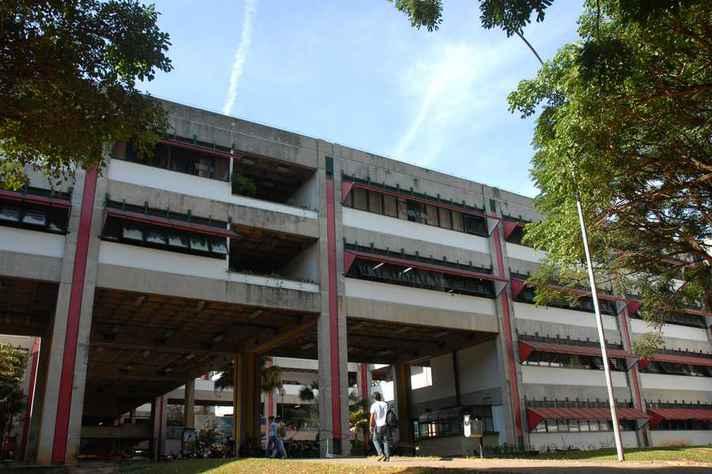 Entrada do prédio da Fafich, inaugurado no campus Pampulha no início dos anos 1990