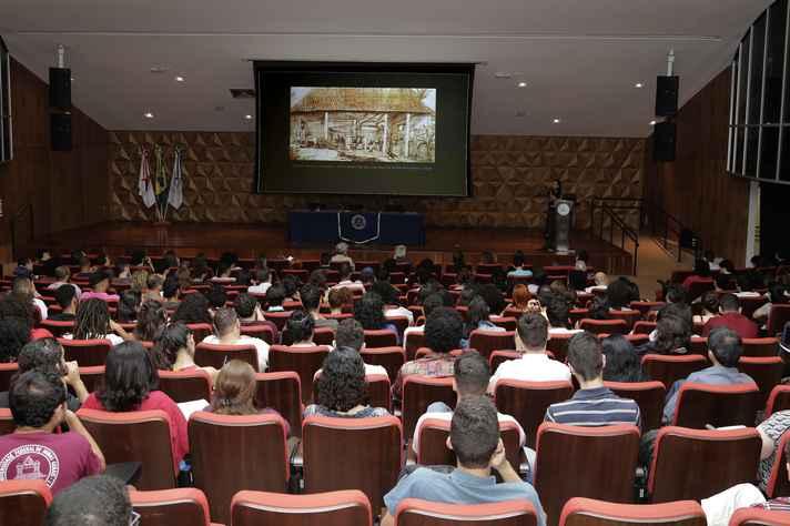 Conferência realizada no CAD 1 integrou ciclo sobre desafios contemporâneos